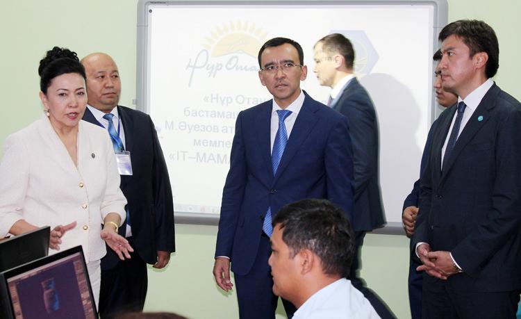 Мәулен Әшімбаев Шымкенттегі ІТ сыныптарын аралады