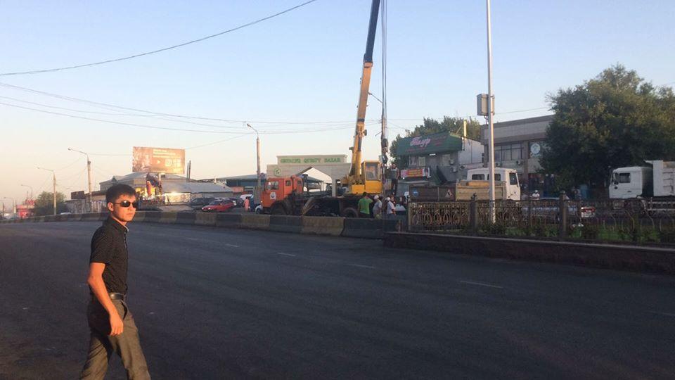 Шымкентте жолдағы бетон қоршаудан асып өтетіндерге қарсы шара басталды