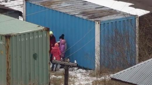 Астанада сыра ішіп тұрған кішкентай қыздар камераға түсіп қалды (видео)