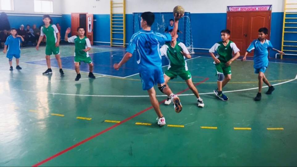 Мақтааралдық жасөскіндер бос уақытында футбол ойнайды