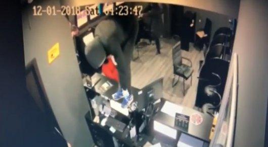 Букмекерлік кеңсені 40 секундта тонап кеткен (видео)