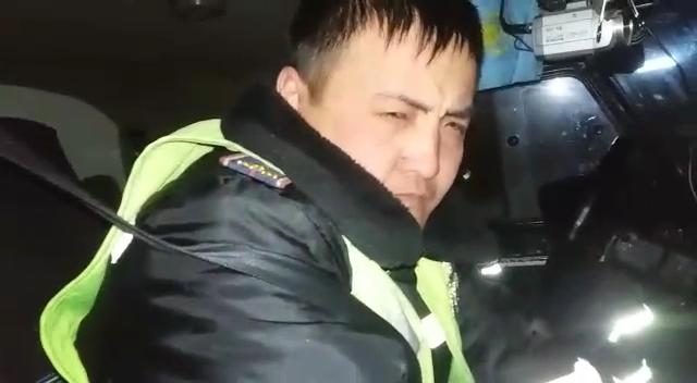 """""""Жігіттер бұларың не!?"""" Өскемен тұрғыны көшенің ортасында ұйықтап жатқан полицейлерді оятып жүр (видео)"""