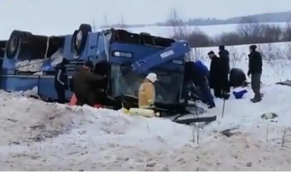Балалар мінген автобус аударылды – жантүршігерлік видео