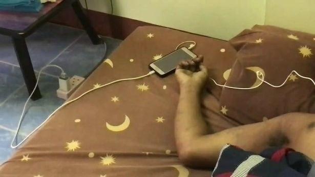 Телефоннан музыка тыңдап, ұйықтап кеткен жігіт мерт болды (фото)