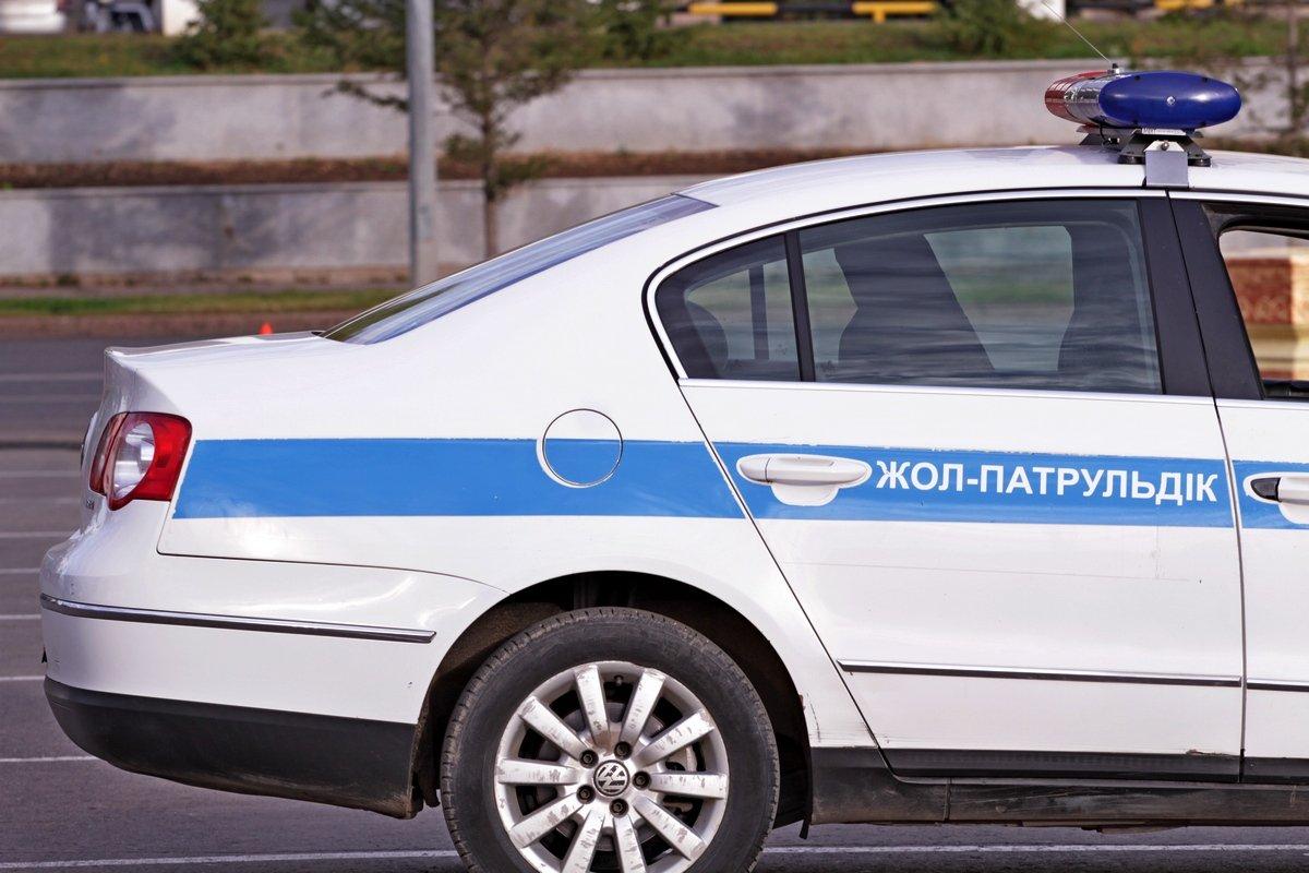 ШЫМКЕНТ: Полицейлер көлігінің дөңгелегі тесілген жүргізушіге көмектесті (видео)