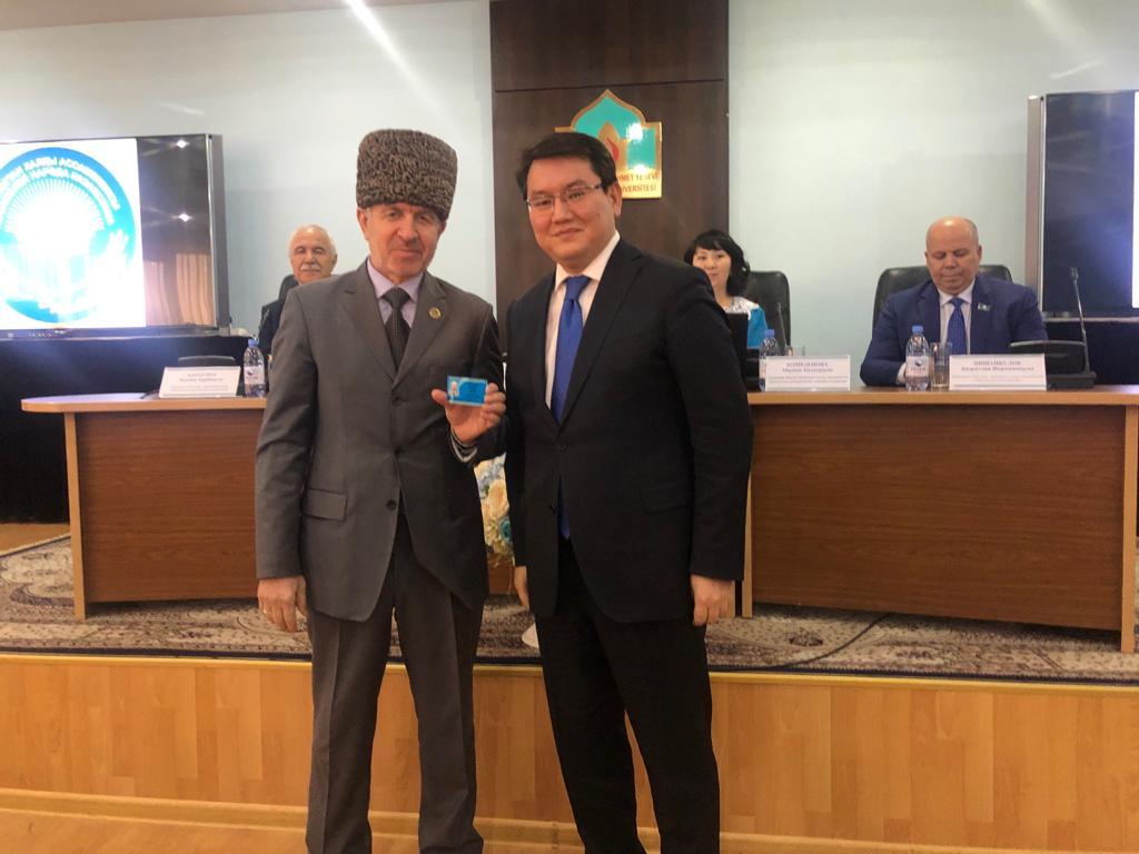 ТҮРКІСТАН: М.Отарбаев жаңа сайланған ҚХА мүшелеріне куәлік табыстады