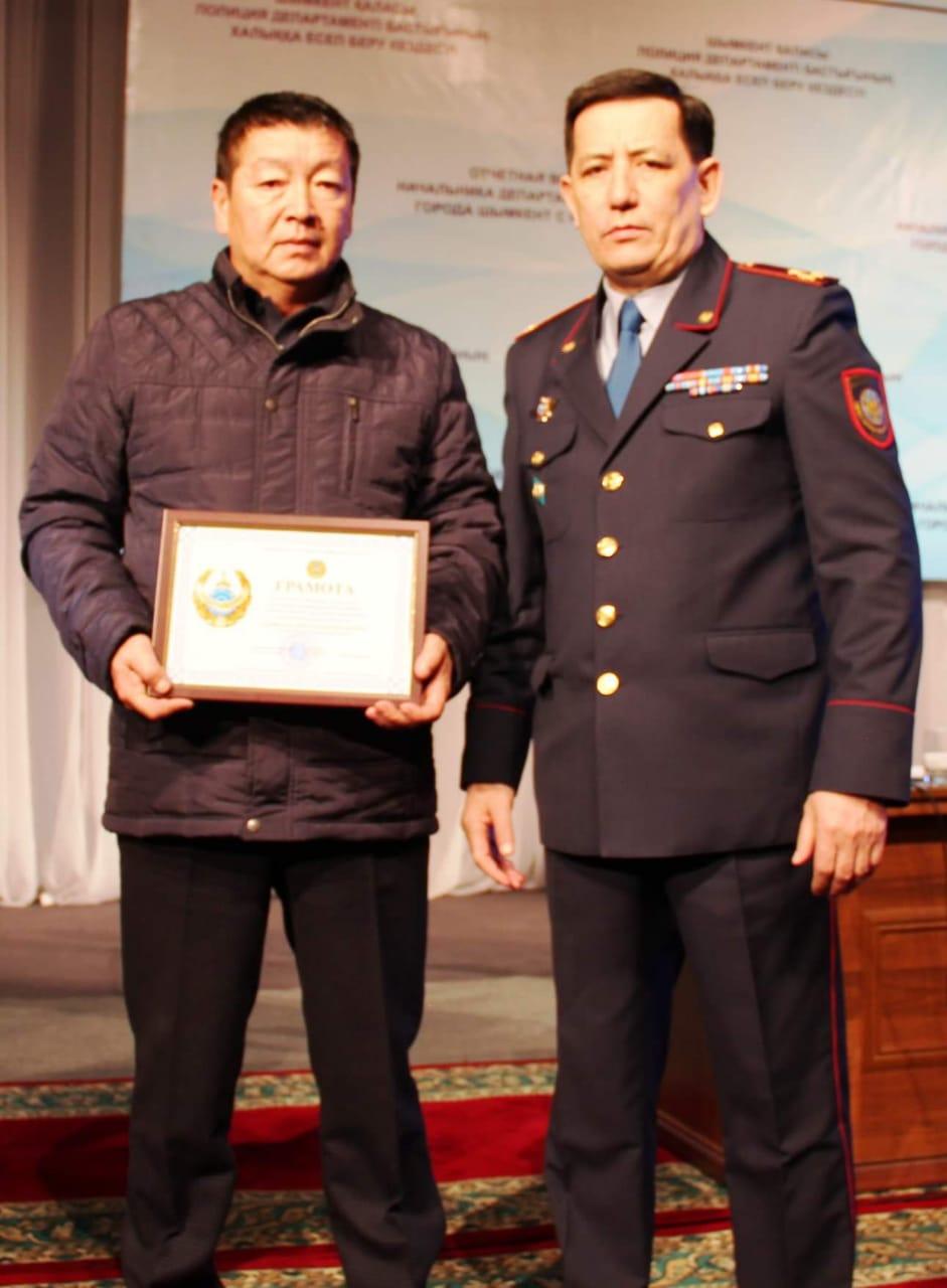 ШЫМКЕНТ: Полицейлер жоғалған 6 жасар қызды тапқан Әбілхан Дәрібаевты марапаттады