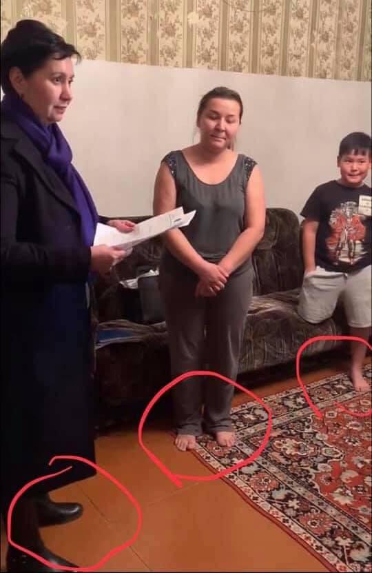 Көпбалалы отбасының үйіне қымбат аяқ киіммен кірген Әдбіқалықова жұрттың ашуын туғызды (ФОТО)