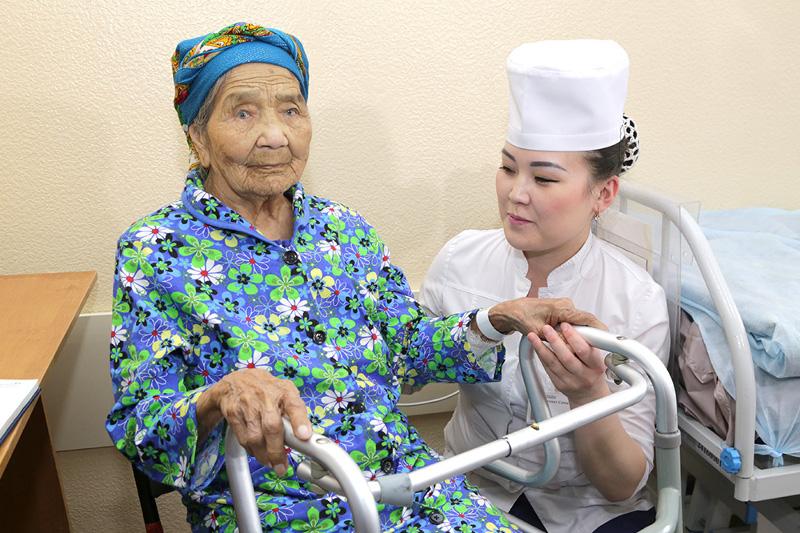 Қарағандыда 101 жастағы әжейге күрделі ота жасалды