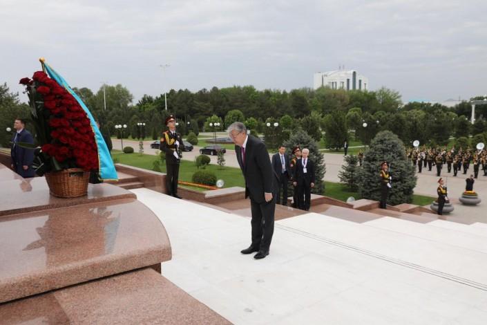 Токаев возложил цветы к Монументу независимости и гуманизма в Ташкенте
