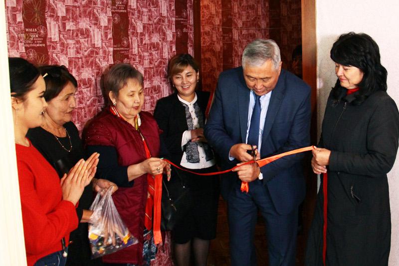 Семейде Назарбаев зияткерлік мектебінің ұжымы жетім қызға пәтер алып берді