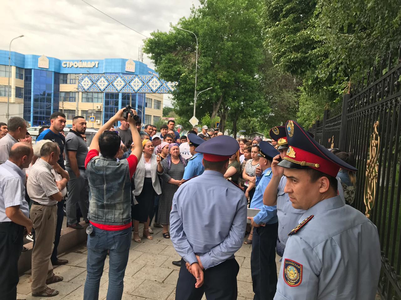Шымкентте 100-ге жуық адам қалалық сот пен прокуратураға жиналды