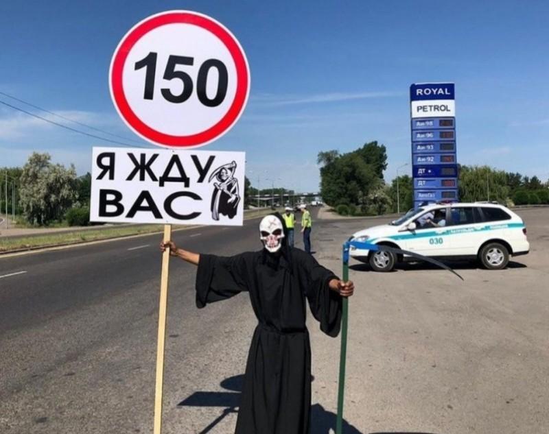 Алматы — Бішкек жолында қолына орақ ұстап алған