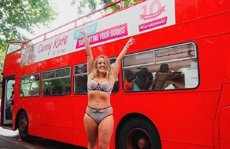 Семіз әйелдер автобусты жалға алып, іш киіммен қаланы аралады