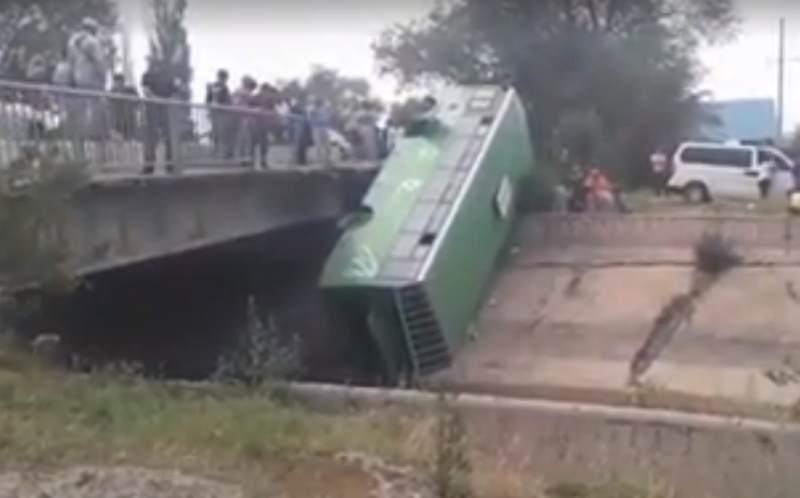 Алматы облысында жолаушылар автобусы көпірден құлап кетті (видео)