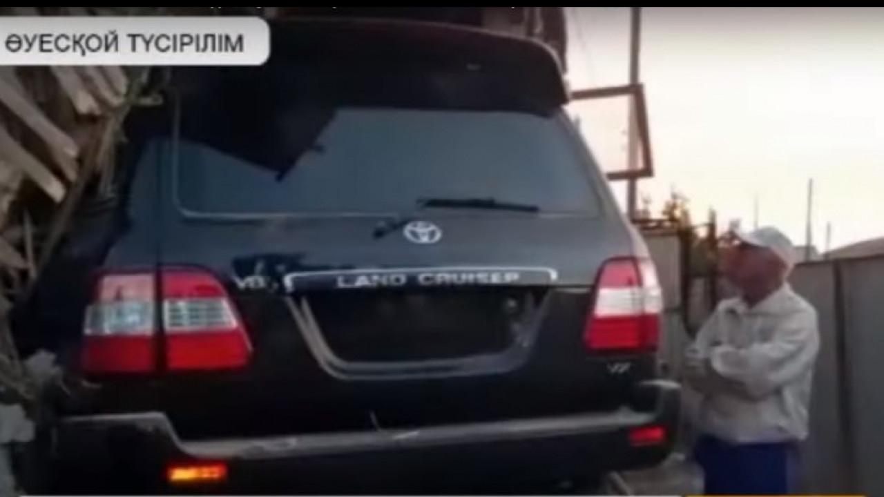Алматы облысында дәу джип үйді қиратып, ортасына түсірді (видео)