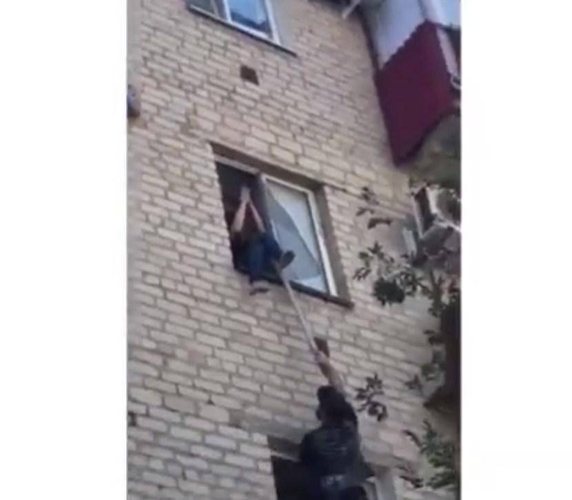Атырауда терезеден секірмек болған бойжеткенді таяқ пен күректің көмегімен құтқарып қалды (видео)