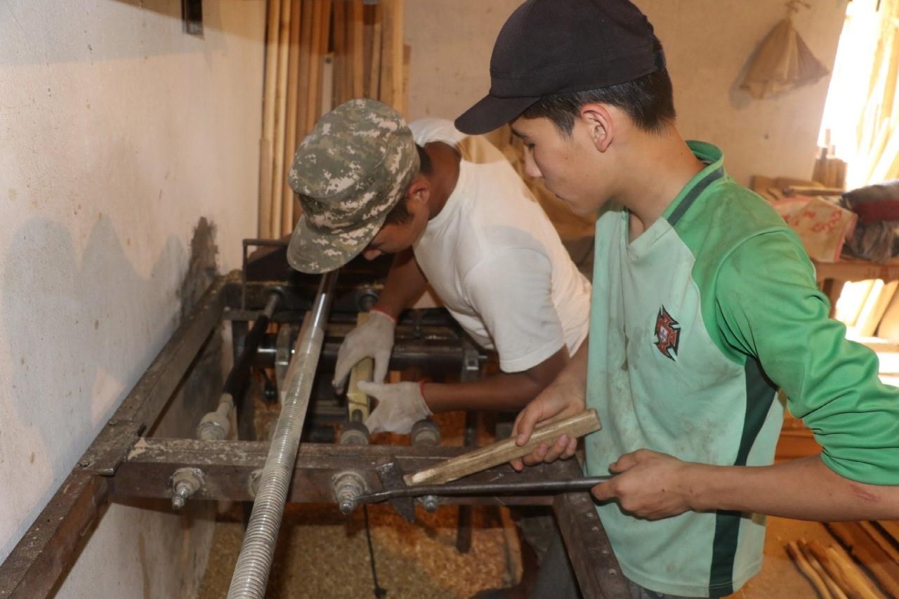 ТҮРКІСТАН: Түлкібастық көпбалалы отбасы АӘК қаржысына ағаш бұйымдымдарын шығаруда