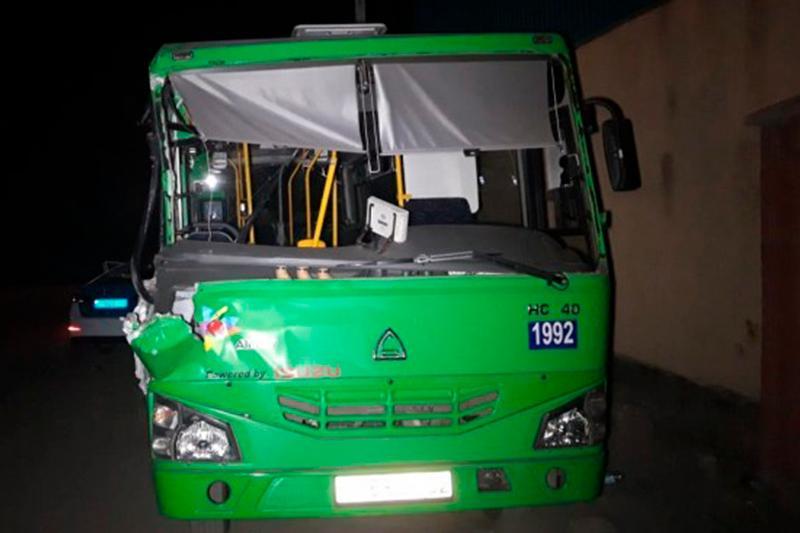 Алматыда автобус манипуляторға соғылып, төрт адам жапа шекті