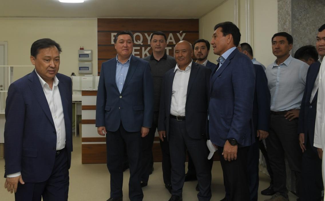 ТҮРКІСТАН: Үкімет басшысы өңіріміздің бас дәрігері Мұқан Егізбаевтің  еңбегіне ерекше баға берді