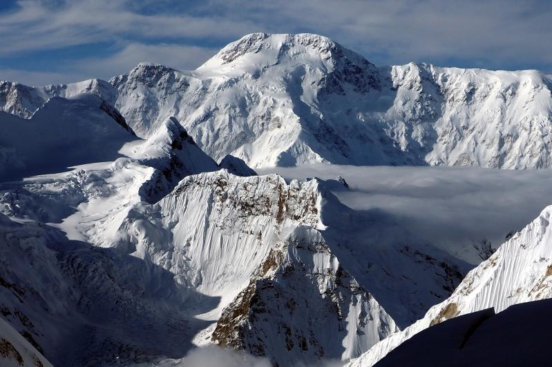 Алматылық альпинистер қар басқан тау шыңында қалып қойды