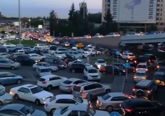 Алматы әуежайында адам сенгісіз көлік кептелісі орын алды (видео)
