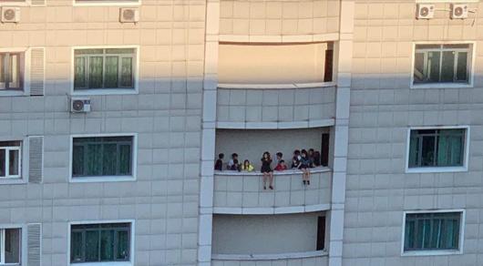 Биік үйдің балконына аяғын асырып отырған балалар тұрғындарды шошытты