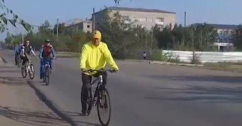Семейдің әкімі қаланы велосипедпен аралап жүр
