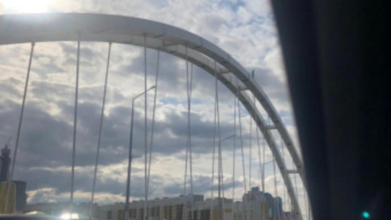 Нұр-Сұлтанда ер адам көпірден секіріп кетпек болды (видео)