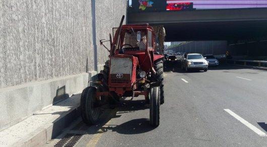 Алматыда трактор тоннельде аударылып қалды