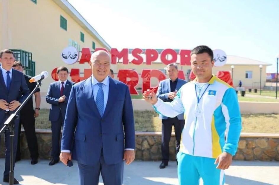 ТҮРКІСТАН: Облыс әкімі Шардара спортшыларына автокөлік тарту етті