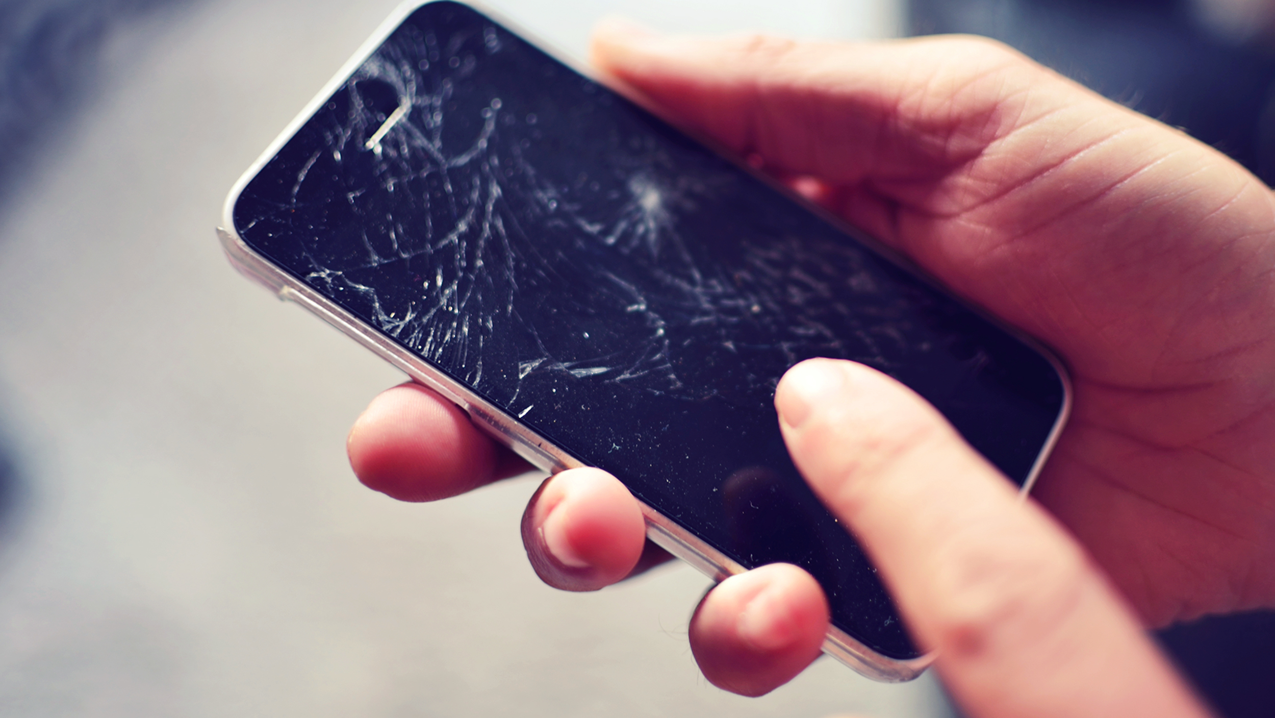 iPhone үшін екі қыз жас жігітті зорлап жіберген