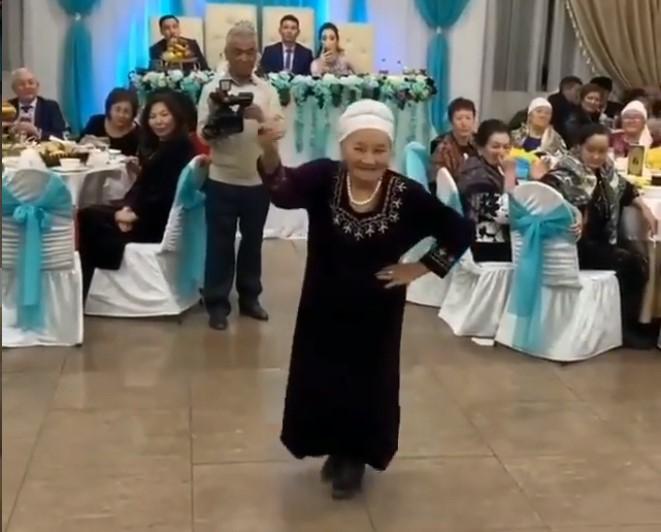 85 жастағы әже тойда мың бұрала билеп көпті тамсандырды (видео)