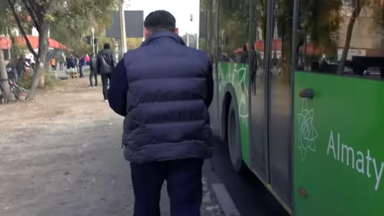 Алматыда автобус жүргізушісі намаз оқығаны үшін жұмыстан шығып қалды (видео)