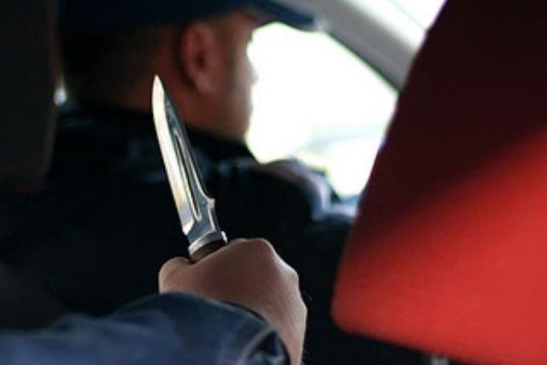 Талдықорғанда таксишіні пышақтап, көлігін айдап кеткен екі қаскөй ұсталды