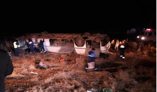 Ішінде 50 адам болған: Қызылорда маңында автобус аударылып қалды