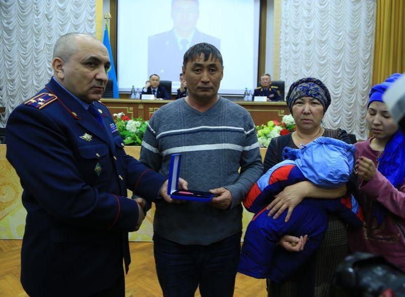 Ерлікпен қаза болған қостанайлық полицейдің отбасына пәтер берілді