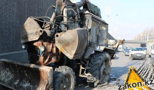 Алматыда жол бойында тұрған тракторға жеңіл көлік оңбай соғылды