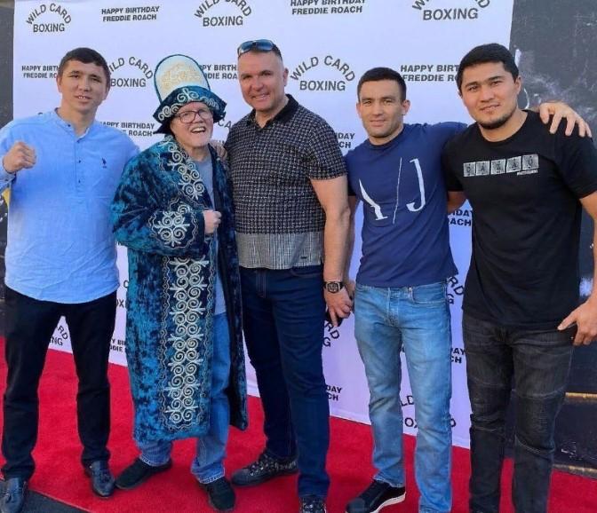 Қазақстандық боксшылар америкалық атақты бапкерге шапан сыйлады