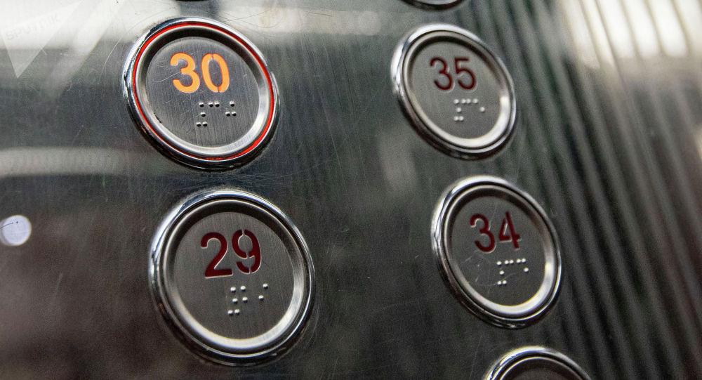 Алматыда жөтеліп тұрған ер адам лифт батырмаларына әдейі түкірген (видео)