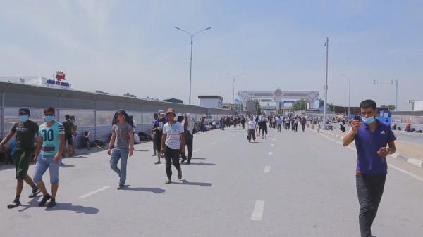 Қазақстан шекарасынан өте алмай жүрген мыңдаған өзбек мигранты елдеріне оралды