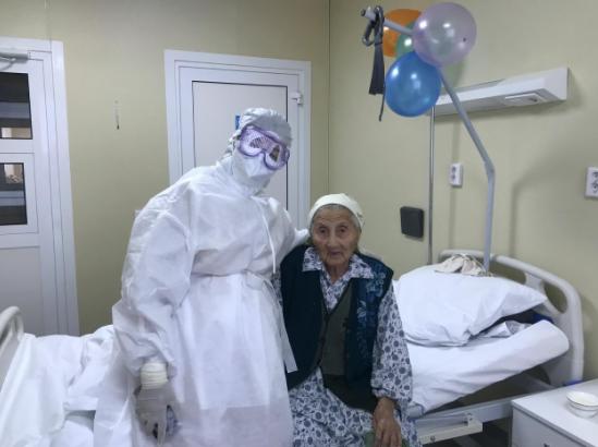 Шымкентте 100 жастағы әжей пневмониядан жазылып шықты