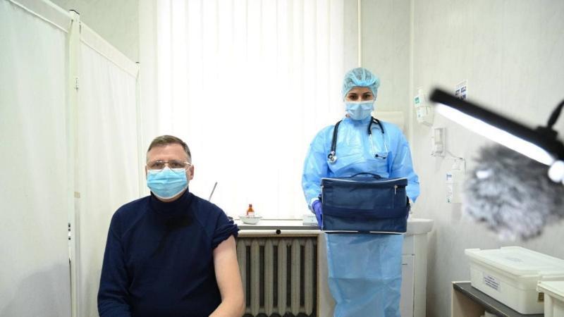 Украиналық дәрігерлер COVID вакциналарының бір бөлігін лақтырып жатыр