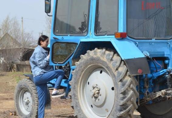ТҮРКІСТАН: Жетісайлық бойжеткен 11 жасынан бастап трактор айдап жүр