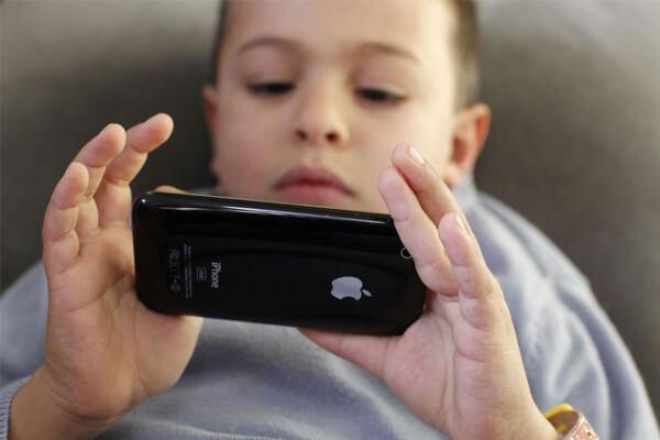 Телефонға телмірген балалар семіздік ауруына шалдығып жатыр